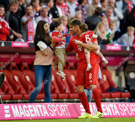 21.09.2019, Football 1. Bundesliga 2019/2020, 5. match day, FC Bayern Muenchen - 1.FC Koeln, in Allianzarena Muenchen.    Javi Martinez (FC Bayern Muenchen)  and wife/girlfriend Aline Brum and Kindern.