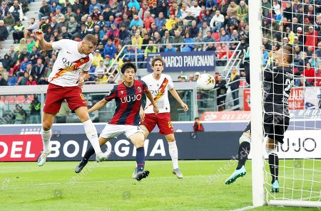 Roma's Edin Dzeko (L) scores the 2-1 lead  during the Italian Serie A soccer match between Bologna FC and AS Roma in Bologna, Italy, 22 September 2019.