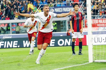 Roma's Edin Dzeko (C) celebrates after scoring the 2-1 lead during the Italian Serie A soccer match between Bologna FC and AS Roma in Bologna, Italy, 22 September 2019.