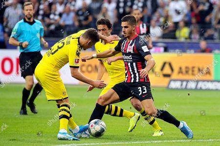Frankfurt's Andre Silva (R) in action against Dortmund's Thorgan Hazard (L) during the German Bundesliga soccer match between Eintracht Frankfurt and Borussia Dortmund  in Frankfurt Main, Germany, 22 September 2019.
