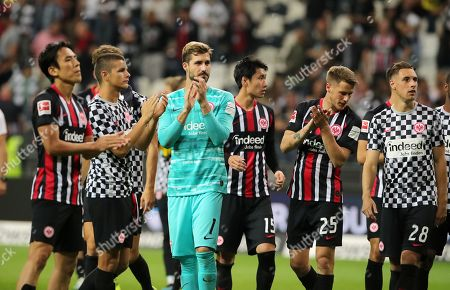 Makoto Hasebe, goalkeeper Kevin Trapp, Daichi Kamada, Erik Durm, Dominik Kohr , Frankfurter team auf Ehrenround     zu den Fans     