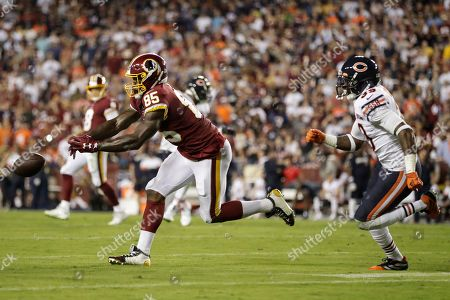 Washington Redskins tight end Vernon Davis (85) can't catch a pass in front of Chicago Bears safety Eddie Jackson (39) during the first half of an NFL football game, in Landover, Md