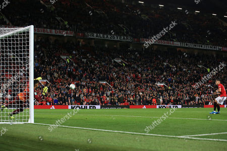 Andreas Pereira of Manchester United takes his penalty kick