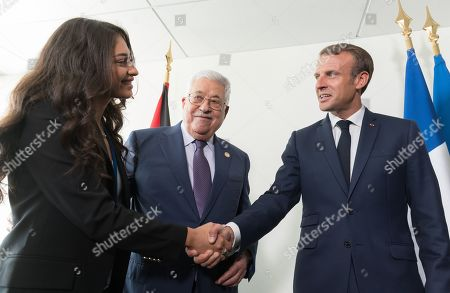 Mahmoud Abbas presents his grandchildren to Emmanuel Macron.