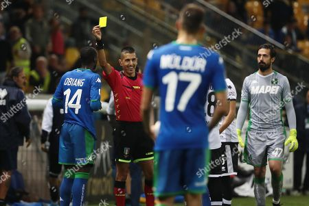 Referee Livio Marinelli shows Sassuolo's Pedro Obiang (L) the yellow card during the Italian Serie A soccer match between Parma Calcio and US Sassuolo at Ennio Tardini stadium in Parma, Italy, 25 September 2019.
