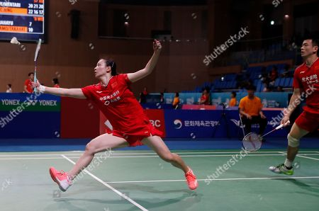 Huang Ya Qiong (L) and Zheng Si Wei (R) of China in action against Gabrielle Adcock and Chris Adcock (not pictured) of Britain during the Mixed Doubles round two match of the Korea Open 2019 badminton championships in Incheon, South Korea, 26 September 2019.