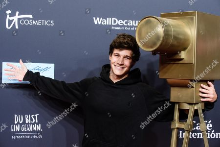 Wincent Weiss poses on the red carpet of the 'YouTube Goldene Kamera Digital Award 2019' ceremony in Berlin, Germany, 26 September 2019. The best German web video producers will be awarded at the event.