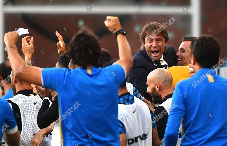 Inter's coach Antonio Conte (C) jubilates with his players after forward Alexis Sanchez scored a goal during the Italian Serie A soccer match UC Sampdoria vs FC Inter at the Luigi Ferraris stadium in Genoa, Italy, 28 September 2019.