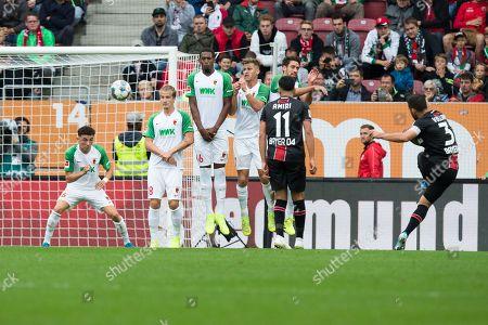 Kevin Volland #31 (Bayer 04 Leverkusen)  Freistoss, Ruben Vargas #16 (FC Augsburg), Tin Jedvaj #18 (FC Augsburg), Reece Oxford #36 (FC Augsburg), Florian Niederlechner #7 (FC Augsburg), FC Augsburg vs. Bayer 04 Leverkusen, Football, 1.Bundesliga, 28.09.2019, DFL REGULATIONS PROHIBIT ANY USE OF PHOTOGRAPHS AS IMAGE SEQUENCES AND/OR QUASI-VIDEO