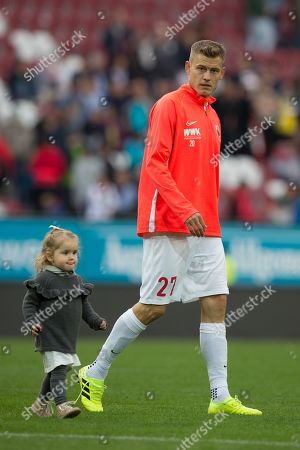 Alfred Finnbogason #27 (FC Augsburg) and Tochter Viktoria, FC Augsburg vs. Bayer 04 Leverkusen, Football, 1.Bundesliga, 28.09.2019, DFL REGULATIONS PROHIBIT ANY USE OF PHOTOGRAPHS AS IMAGE SEQUENCES AND/OR QUASI-VIDEO