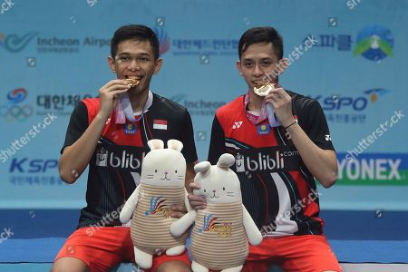 Kento Momota. Indonesia's Muhammad Rian Ardianto and Fajar Alfian, right, pose with their gold medals during the awards ceremony after winning against Japan's Takeshi Kamura and Keigo Sonoda during the men's doubles final match at the Korea Open Badminton in Seoul, South Korea