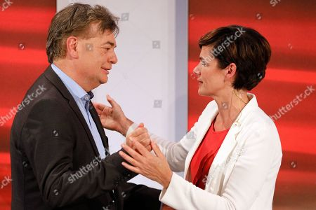 (L-R) Werner Kogler, top candidate of the Green Party, and Pamela Rendi-Wagner, leader of Austrian Social Democratic Party (SPOe) and SPOe top candidate, arrive for the TV discussion after the Austrian federal elections in Vienna, Austria, 29 September 2019.