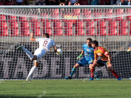 Roma's Edin Dzeko (L) scores during the Italian Serie A soccer match US Lecce vs AS Roma at the Via del Mare stadium in Lecce, Italy, 29 September 2019.