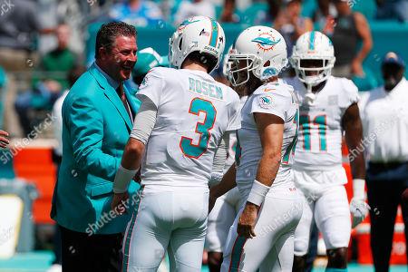 Former Miami Dolphins quarterback Dam Marino talks to Miami Dolphins quarterbacks Josh Rosen (3) and Ryan Fitzpatrick