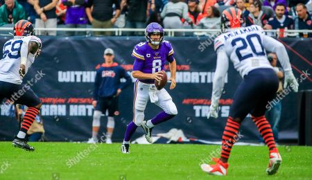 Minnesota Vikings quarterback Kirk Cousins (C) scrambles between Chicago Bears inside linebacker Danny Trevathan (L) and Chicago Bears cornerback Prince Amukamara (R) during the American football game between the Minnesota Vikings and the Chicago Bears at Soldier Field in Chicago, Illinois, USA, 29 September 2019.
