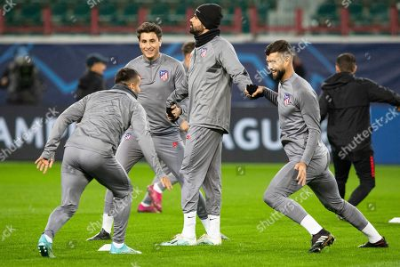 Atletico Madrid's Diego Costa, center, and his teammates attend a training session at the Lokomotiv Stadium in Moscow, Russia, . Lokomotiv Moscow will face Atletico Madrid at the Group D Champions League soccer match on Thursday, Oct. 1