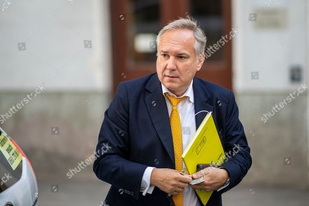 Walter Rosenkranz arrives for a right-wing Austrian Freedom Party (FPOe) party meeting at a hotel in Vienna, Austria, 01 October 2019. The FPOe Party came third in the just concluded Austrian elections. A snap general election was called after secret recordings published in May of then-leader of the FPOe Heinz-Christian Strache led to the government's collapse. Strache has announced to vacate all his political functions and suspends his membership in the far-right Austrian Freedom Party. 的库存图片