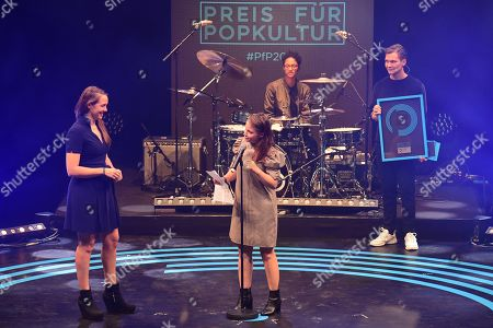 Swiss singer Sophie Hunger (L) receives the award in the category Female Favorite Solo Artist (Lieblings-Solokuenstlerin) of Swiss actress Jasna Fritzi Bauer (C) during the Award for Pop Culture (Preis fuer Popkultur) ceremony of the in Berlin, Germany, 02 October 2019. The Preis fuer Popkultur is a German music award and is regarded as an alternative to the conventional music industry awards.