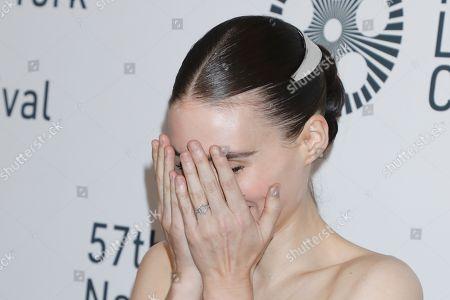 Rooney Mara, ring detail