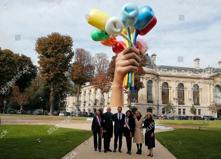 """New York-based artist Jeff Koons poses with Mayor of Paris Anne Hidalgo, Christophe Girard, deputy Paris mayor in charge of culture, and former U.S. ambassador to France Jane Hartley as he unveiled his much-awaited and controversial sculpture """"Bouquet of Tulips"""" dedicated to the victims of the terrorists attacks, in a garden next to the Champs Elysee near the Petit Palais museum in Paris"""