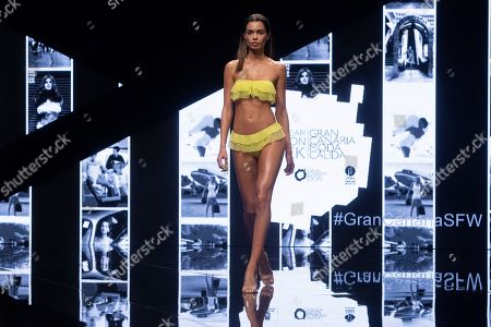 Joana Sanz (whose is married to Brazilian footballer Dani Alves) on the catwalk