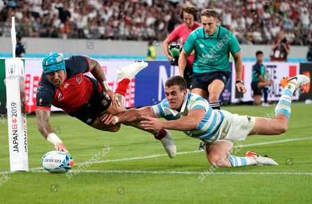 Jack Nowell of England (L) scores a try past Emiliano Boffelli of Argentina (R) during the Rugby World Cup match between Argentina and England at Tokyo Stadium, Tokyo, Japan, 05 October 2019. England won the match.