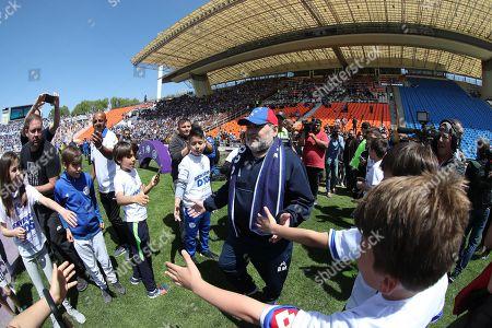 Gimnasia's head coach Diego Maradona (C) before a game of the Argentine Superliga between Godoy Cruz of Mendoza and Gimasia of La Plata, at the Malvinas Argentinas Stadium of Mendoza, Argentina, 05 October 2019.