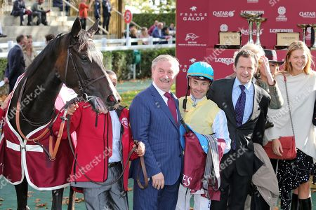 , Paris Longchamp, Villa Marina with Olivier Peslier and connection after winning the Prix de l'OpŽra at ParisLongchamp racecourse, France. Photo GALOPPFOTO/Racingfotos.com 06.10.2019, Paris Longchamp, Villa Marina with Olivier Peslier and connection after winning the Prix de l'Op? at ParisLongchamp racecourse, France.