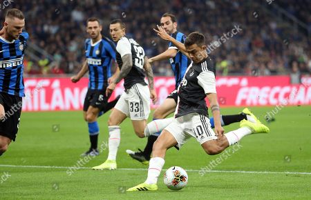 Juventus' Paulo Dybala (R)  scores the 0-1 goal during the Italian serie A soccer match between FC Inter and Juventus FC at Giuseppe Meazza stadium in Milan, Italy, 6 October 2019.