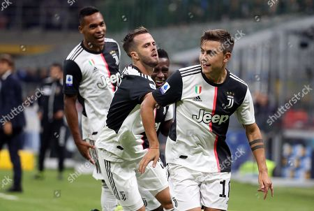 Juventus' Paulo Dybala (R) jubilates with his teammates  after scoring the 0-1 goal during the Italian serie A soccer match between FC Inter and Juventus FC at Giuseppe Meazza stadium in Milan, Italy, 6 October 2019.