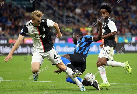 Inter's Romelu Lukaku (C) challenges for the ball with  Juventus' Matthijs De Ligt  (L) and his teammate Juan Cuadrado during the Italian serie A soccer match between FC Inter and Juventus FC at Giuseppe Meazza stadium in Milan, Italy, 6 October 2019.