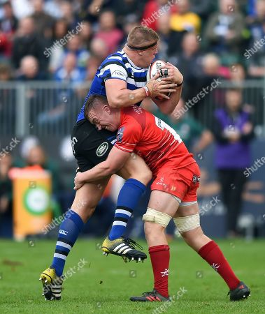 Sam Nixon of Bath Rugby looks to offload the ball after being tackled by Hanro Liebenberg of Leicester Tigers