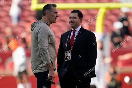 Kurt Warner, left, talks with San Francisco 49ers owner Jed York before an NFL football game between the 49ers and the Cleveland Browns in Santa Clara, Calif