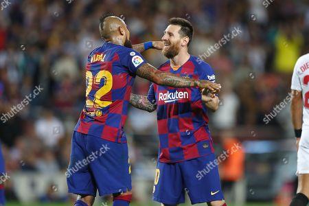 (L-R) Arturo Vidal, Lionel Messi (Barcelona)