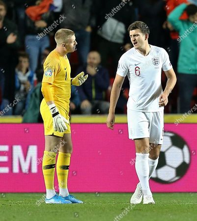 Jordan Pickford of England and Harry Maguire of England talks after conceding 1st goal