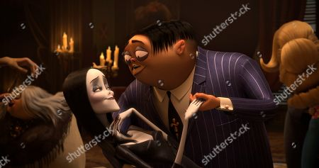 Morticia Addams (Charlize Theron) and Gomez Addams (Oscar Isaac)