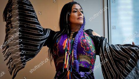 """ARCHIVO ? En esta fotografía de archivo del 3 de mayo de 2019, la cantante mexico-estadounidense Lila Downs posa durante una entrevista sobre su álbum """"Al Chile"""" en Nueva York. Downs recibirá el 12 de noviembre de 2019 el reconocimiento Leading Ladies of Entertainment de la Academia Latina de la Grabación en la semana de los Latin Grammy"""
