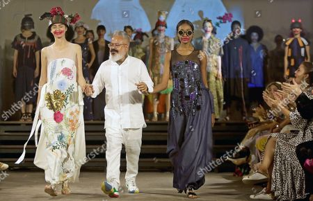 Brazilian designer Ronaldo Fraga (C) acknowledges the audience during the presentation of his 'War and Peace' (Guerra y Paz) collection, inspired by the work of the painter Candido Portinari, and presented at Ixel Moda 2019 in Cartagena, Colombia, 11 October 2019.