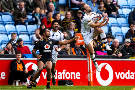 Chris Pennell of Worcester Warriors catches