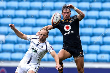 Chris Pennell of Worcester Warriors and Josh Bassett of Wasps challenge for a high ball