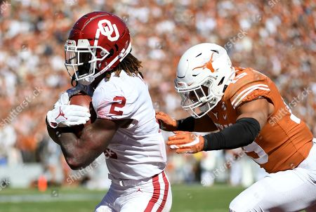 Oklahoma wide receiver CeeDee Lamb (2) secures a touchdown reception in front of Texas defensive back Brandon Jones (19) during the first half of an NCAA college football game at the Cotton Bowl, in Dallas