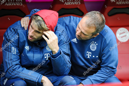 Co-Trainer Hansi Flick (FC Bayern Muenchen) bei Javi Martinez (FC Bayern Muenchen #8) , FC Bayern Muenchen - TSG 1899 Hoffenheim, Football, 1.Bundesliga, 05.10.2019,