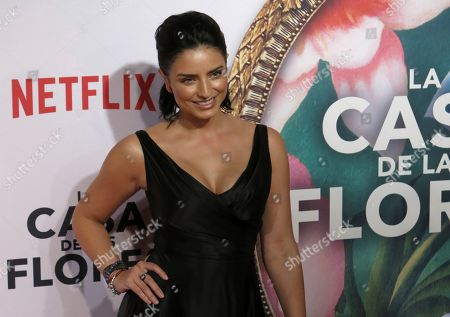 """ARCHIVO ? En esta fotografía de archivo del 8 de agosto de 2018 la actriz mexicana Aislinn Derbez posa en la alfombra roja para promover el estreno de la serie de Netflix """"La Casa de las Flores"""" en la Ciudad de México. La segunda temporada de la serie se estrena el 18 de octubre en Netflix"""