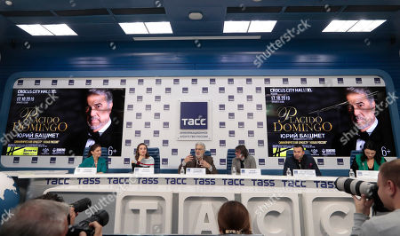 Spanish tenor Placido Domingo (C) attends a press conference at TASS agency in Moscow, 15 October 2019. Placido Domingo will give a single concert at Crocus City Hall together with an orchestra Novaya Rossiya (New Russia) conducted by Yuri Bashmet and with Russian opera singers mezzo-soprano Maria Katayeva and soloist of Mariinsky theater soprano Oksana Shilova.