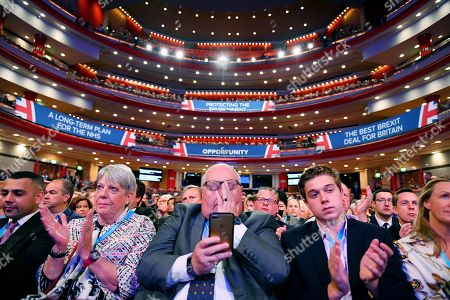Eric Pickles (centre) And Delegates In The Symphony Hall.. - Conservative Party Conference At The Birmingham Int. Conference Centre Birmingham West Midlands.  - 30/9/18.
