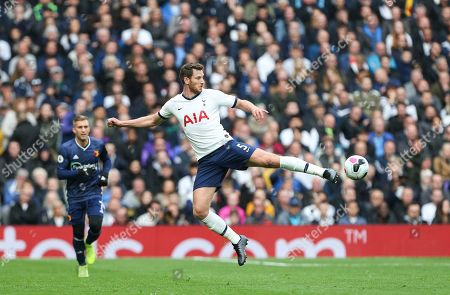 Jan Vertonghen of Tottenham Hotspur passes the ball unconventionally