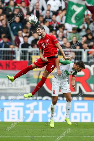 , header and Javi Martinez #8 (FC Bayern Muenchen) and Rani Khedira #8 (FC Augsburg), FC Augsburg vs. FC Bayern Muenchen, Football, 1.Bundesliga, 19.10.2019,