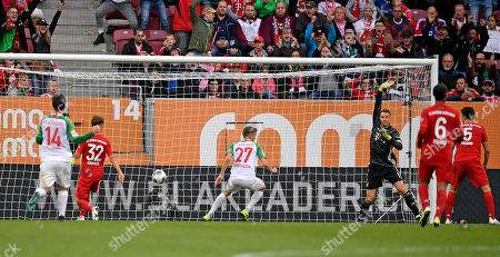 14.10.2019, Football 1. Bundesliga 2019/2020, 8. match day, FC Augsburg - FC Bayern Muenchen, in WWK-Arena Augsburg. goal, Alfred Finnbogason (middle, FC Augsburg) steht frei vor dem goal and scores goal  2:2  -  Joshua Kimmich (li, FC Bayern Muenchen) and goalkeeper Manuel Neuer (re, FC Bayern Muenchen)