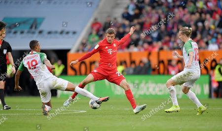 14.10.2019, Football 1. Bundesliga 2019/2020, 8. match day, FC Augsburg - FC Bayern Muenchen, in WWK-Arena Augsburg. v.li: Felix Uduokhai (Augsburg), Thomas Mueller (FC Bayern Muenchen), Tin Jedvaj (FC Augsburg).