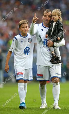 13.10..2019, Football Abschiedsspiel Rafael van Vaart, Rafa's HSV Stars - Rafa's All Stars Volksparkstadium Hamburg. Rafael van Vaart (C) dreht Ehrenround and son Damian (L) and Toechterchen Jesslynn (R)
